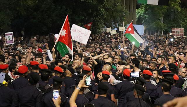 جانب من اعتصام نفذه مواطنون بمنطقة الدوار الرابع- (أرشيفية- تصوير: أمجد الطويل)
