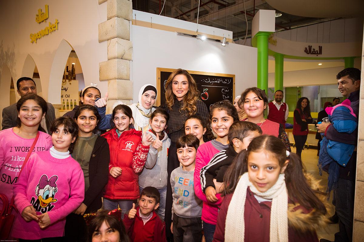 """الملكة رانيا تشارك الأطفال ألعابهم خلال زيارتها """"متحف الأطفال"""""""