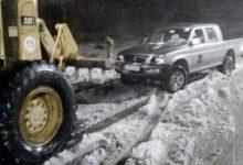 جرافات وزارة الأشغال العامة تزيل الثلوج لفتح طريق في إحدى مناطق المملكة
