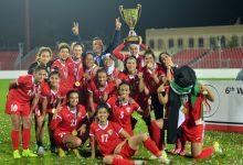 منتخب كرة السيدات يحمل كأس البطولة -(من المصدر)