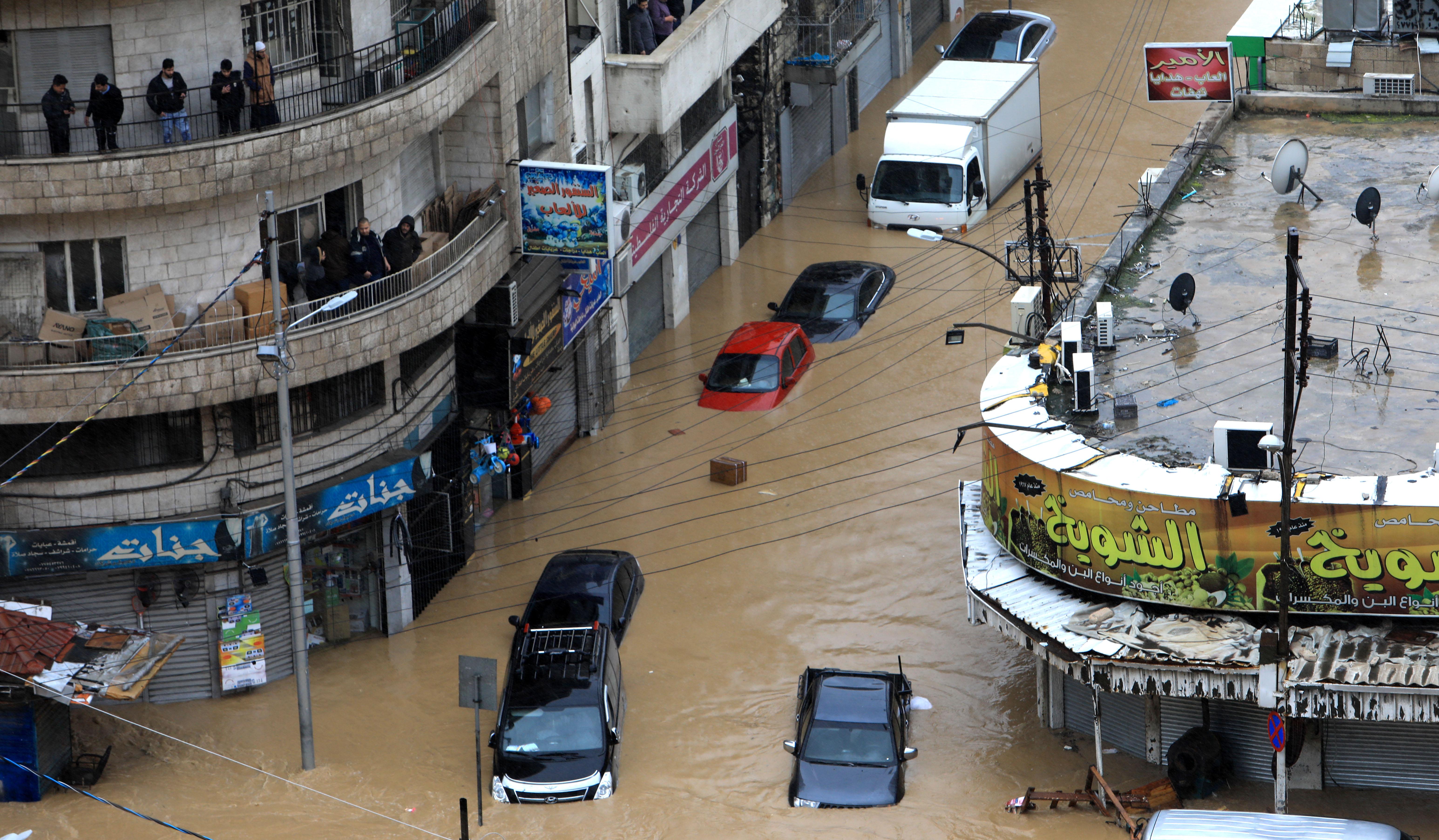 جانب من الفيضانات في وسط البلد خلال المنخفض الماضي- (تصوير: محمد مغاضة)
