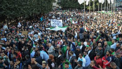 آلاف الجزائريين خلال تظاهرة ضد ترشح الرئيس عبد العزيز بوتفليقة يوم الجمعة الماضي.-(ا ف ب)