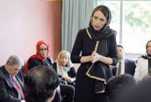 رئيسة الوزراء النيوزلنديّة جاسيندا أرديرن خلال تقديمها العزاء للجالية المسلمة ولعائلات الضحايا-(ا ف ب)