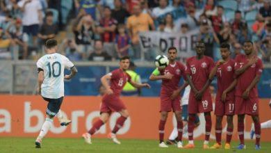 النجم الارجنتيني ليونيل ميسي يسدد ركلة حرة مباشرة في مواجهة قطر يمن كوبا اميركا المقامة حاليا في البرازيل- (ا ف ب)
