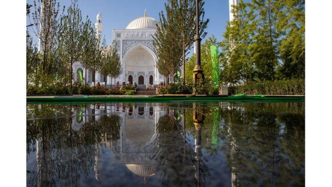 افتتاح أكبر مسجد في القارة الأوروبية 108471483_gettyimages-1163280140