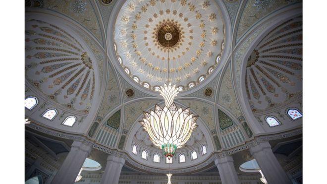 افتتاح أكبر مسجد في القارة الأوروبية 108471485_gettyimages-1163220079