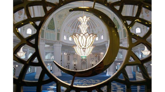 افتتاح أكبر مسجد في القارة الأوروبية 108471536_gettyimages-1163220107