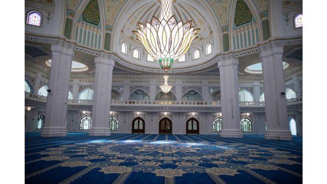 افتتاح أكبر مسجد في القارة الأوروبية 108471537_gettyimages-1163220134