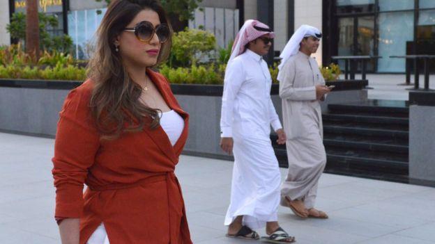مشاعل الجالود تثير الجدل بتجولها دون عباءة في شوارع الرياض