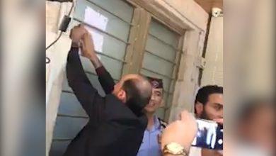 محضرون يلصقون تبليغا بقرار المحكمة الإدارية العليا، على بوابة نقابة المعلمين في عمان الاربعاء - أرشيفية