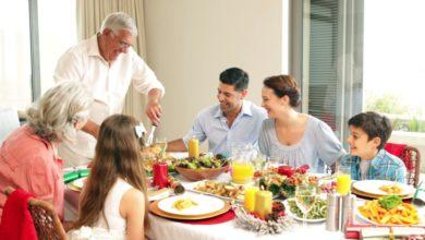 صورة تعبيرية لاسرة تتناول وليمة طعام