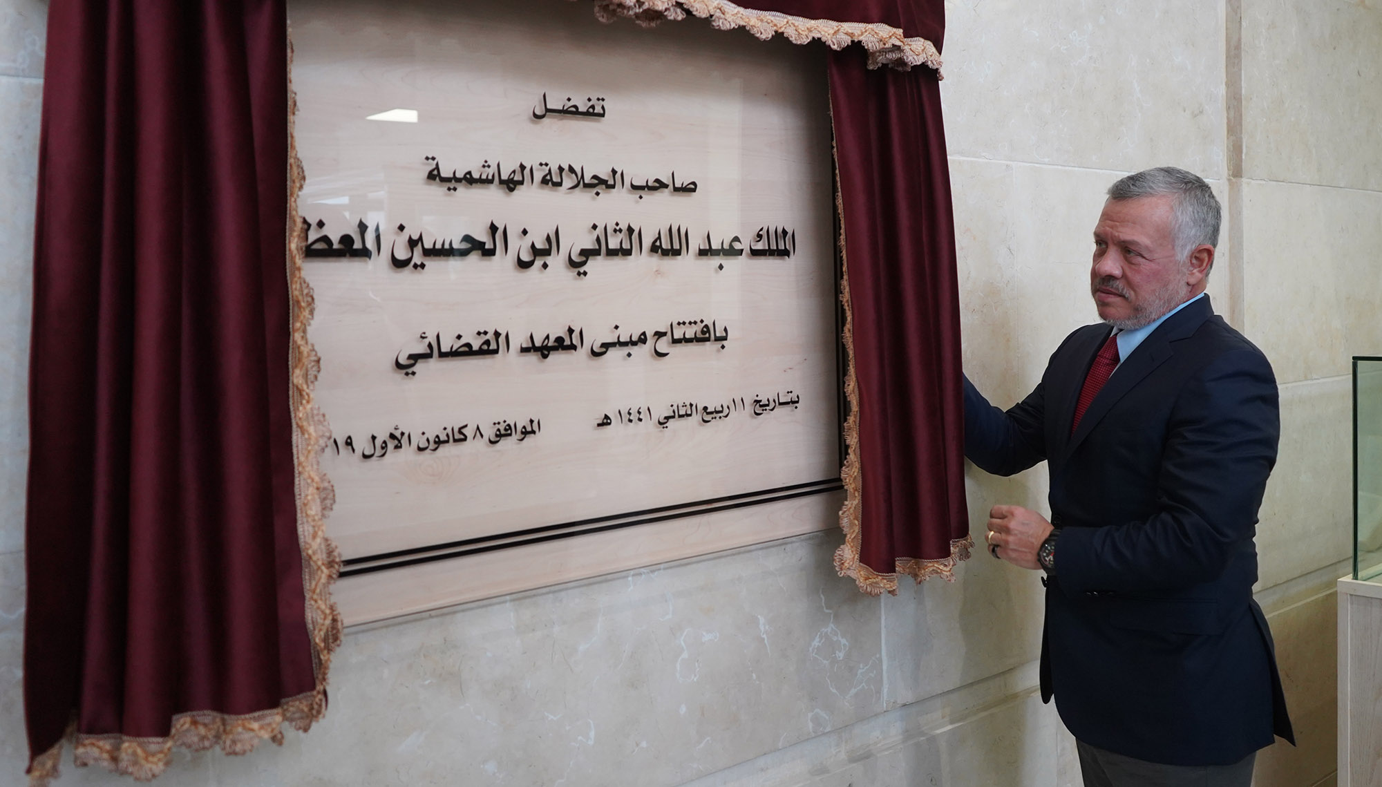 جلالته خلال افتتاح المبنى الجديد