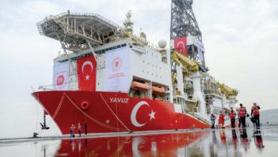 """بعض من أفراد طاقم سفينة الحفر البحري التركية """"يافوز"""" بجوار سفينتهم – (أرشيفية)"""