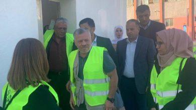 الملك يشارك متطوعين في صيانة مدرسة بمنطقة الحلابات