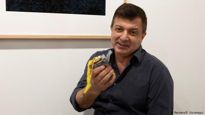 الفنان الذي تناول الموزة التي زينت العمل الفني وبيع ب 12 الف دولار