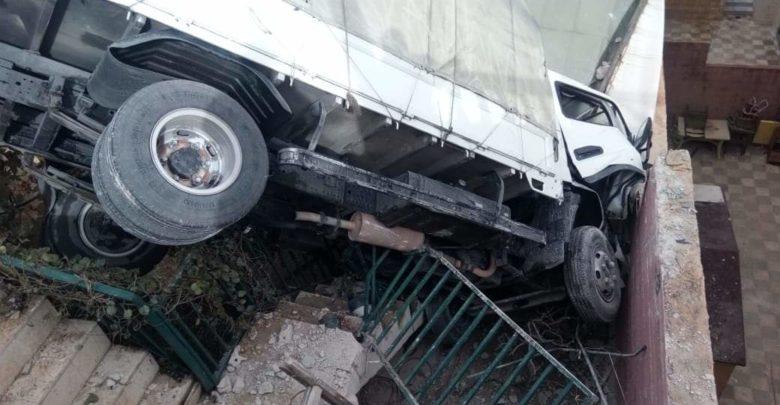 الشاحنة التي انزلقت واستقرت فوق منزل