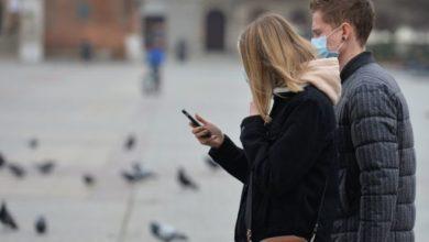 يظهر الشباب في عدة دول عدم اكتراث بالتحذيرات الصحية من الإصابة بفيروس كورونا
