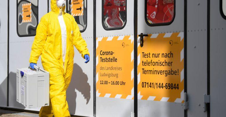 عامل مختص في الصحة في المانيا يحمل معد عدة فحص والكشف عن فيروس كورونا جنوب المانيا - ا ف ب