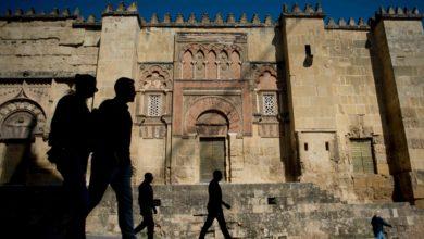 مشاة في مدينة قرطبة الاسبانية التي شهدت انتشارا كبيرا لفيروس كورونا
