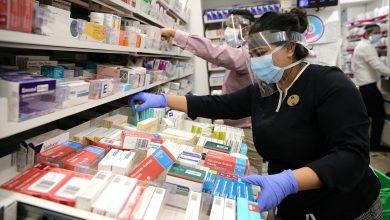 مساعد صيدلي يقوم بتحضير ادوية ليتم تسلميها لمرضى يحتاجون علاجا في ظل اجراءات مشددة في لندن جراء وباء كوفيد 19