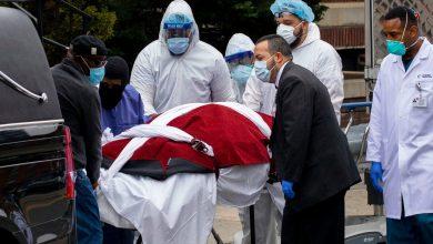 أحد المتوفين بكورونا بعد إخراج جثته من مستشفى في نيويورك