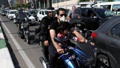 وحث الرئيس الإيراني زوار المراقد على تجنب التجمعات الحاشدة والالتزام بالتباعد الاجتماعي.