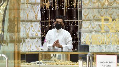 بائع مجوهرات يرتدي قناعا في ظل انتشار فيروس كورونا في السعودية- ا ف ب