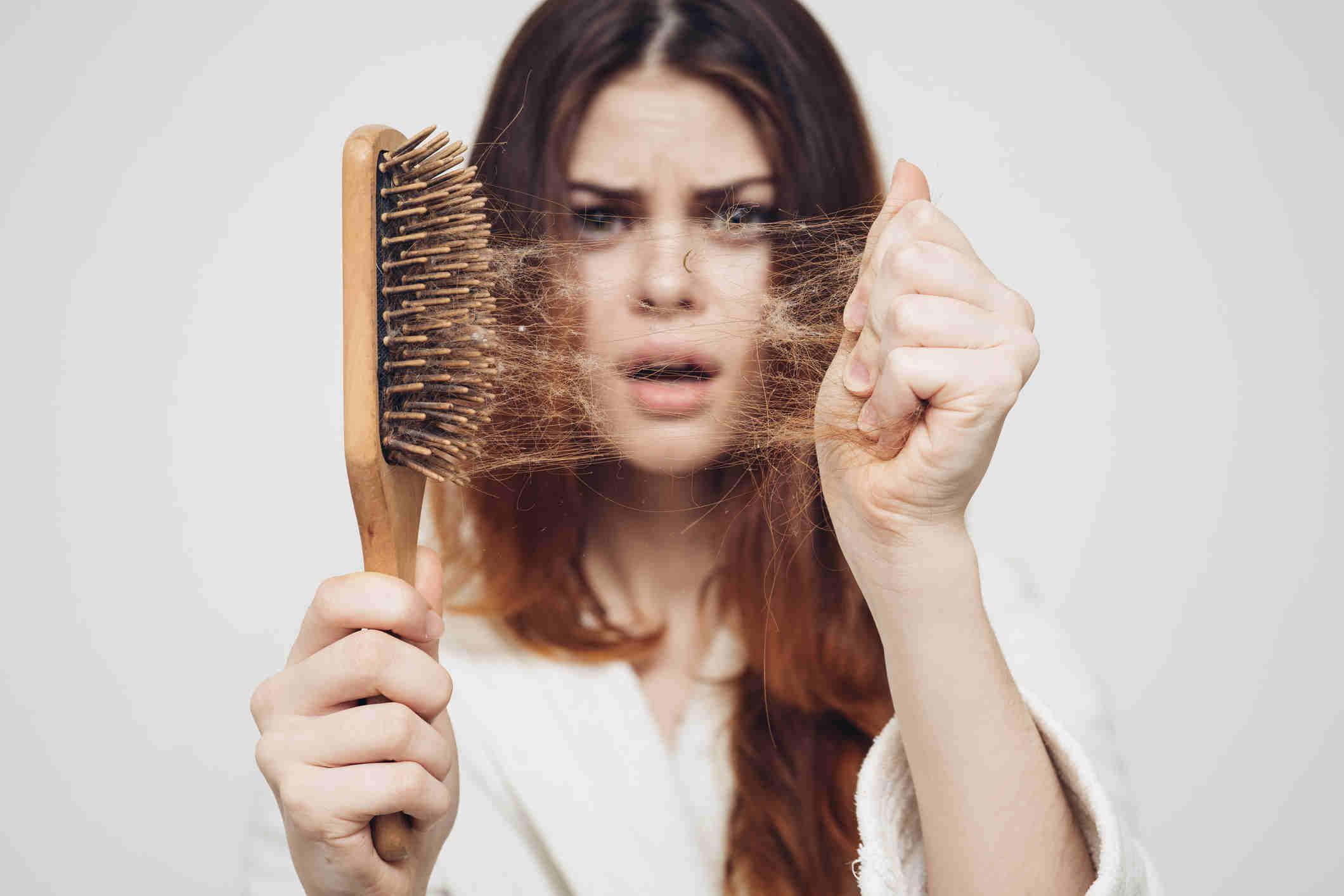 وفي حين أن بعض تساقط الشعر أمر طبيعي، يجب عليك مناقشة المشكلة مع طبيبك إذا كانت شديدة أو تزعجك.