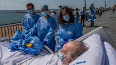 بعد تخفيف تدابير الإغلاق، مستشفيات إسبانية تنظم رحلات للمرضى بفيروس كوفيد 19 إلى الشواطىء أملا في ان يساعد ذلك في علاجهم.