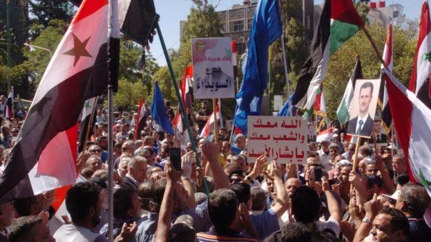 وجاء إعفاء خميس من منصبه بعد انتقادات شديدة تعرضت له حكومته بسبب تعاملها مع الأزمة الاقتصادية.