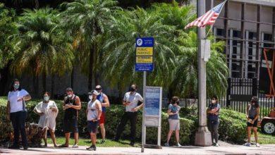 أشخاص ينتظرون إجراء فحص كشف الفيروس في ميامي