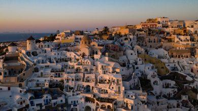 """صورة فوتوغرافية التقطت في 14 يونيو 2020 تبين غروب الشمس في مدينة أويا في جزيرة سانتوريني بينما تستعد البلاد لعودة السياح إلى اليونان من حوالي 30 دولة جوا وبحرا وبرا. من جزيرة سانتوريني الرمزية، قال رئيس الوزراء اليوناني في الثالث عشر من يونيو/حزيران إن اليونان """"مستعدة للترحيب بالسياح"""" في أمان تام بعد إغلاق الفيروس التاجي، والذي سيكون تأثيره على السياحة """"كبيرا"""". ومع تناثر مشهد البطاقة البريدية بأشعة الشمس، فإن جزيرة سانتوريني، وهي واحدة من أكثر المناطق السياحية في اليونان، تنتظر عودة السياح في الخامس عشر من يونيو/حزيران، مقسمة بين نفاد الصبر لإحياء قازمها والخوف / أ ف ب"""