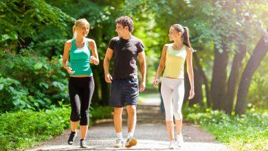 يزيد المشي من معدل ضربات القلب، ما يؤدي إلى استهلاك الطاقة وحرق السعرات الحرارية