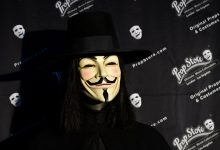 """تم عرض العناصر التي يتم عرضها للمزادات في مزاد محلات Prop في أواخر أغسطس في متجر Prop في فالنسيا، كاليفورنيا في 15 يوليو 2020، بما في ذلك زي """"V"""" المزعّم مع قناع جاي فوكس من فيلم """"V for Vendetta""""، الذي يقدر بـ 30000 إلى 50000 دولار أمريكي. خوذة طائرة مقاتلة من طراز """"مافيريك""""، ضوء ساببر من طراز """"أوبي-وان كينوبي""""، وقفازات الملاكمة من طراز روكي وسفينة فضائية """"الغريبة"""" بطول 11 قدما، والتي من المتوقع أن تصل إلى نصف مليون دولار، في مزاد في لوس أنجلوس الشهر القادم. سيتم بث مئات الأفلام الأسطورية في هوليوود مباشرة في 26 و27 أغسطس 2020، بما في ذلك مواد تم استخدامها من قبل Indiana Jones وClint Eastwood في Western الخارجة على القانون Josey Wales"""
