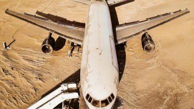 طائرة لوكهيد إل-1011 تراي ستار تجلس وسط صحراء أبوظبي بالقرب من متحف الإمارات الوطني للسيارات