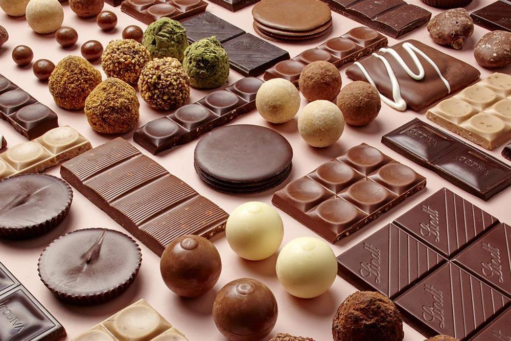 عند تناول الشوكولاتة ينشط الدماغ هرمونات المتعة والسعادة- الدوبامين والسيروتونين.