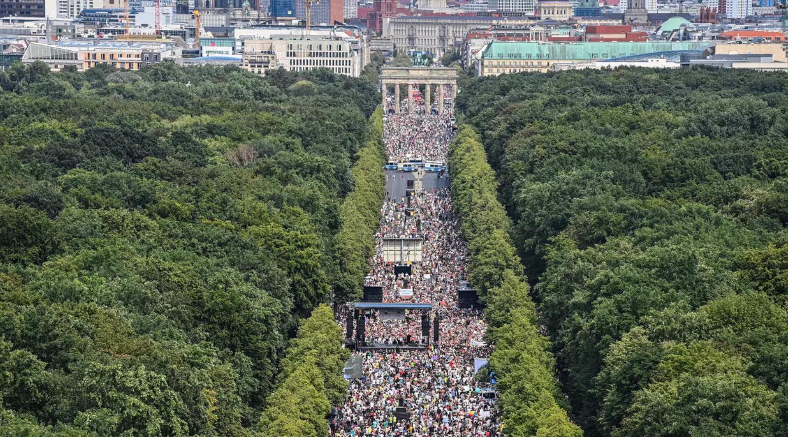 تظاهرة في برلين ضد إجراءات وتدابير مواجهة كورونا - فرانس 24