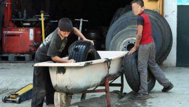 طفلان يعملان في محل لتصليح الإطارات - (أرشيفية)