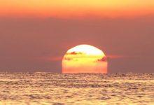 في بعض الأوقات يتخضب لون السماء بمسحات من البرتقالي والأحمر والبنفسجي