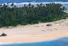 جرى إنقاذ 3 بحارة تقطعت بهم السبل في جزيرة نائية في المحيط الهادئ، بعد رصد رسالة استغاثة منحوتة على الرمال.